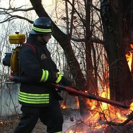 Bosco dell'Alpe Lago: un grosso incendio  minaccia alcune case