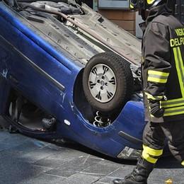 Incidente sulla rotonda a Morbegno: auto si ribalta in pieno centro