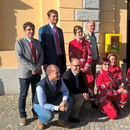 Un defibrillatore in piazza Bossi: la consegna a Morbegno