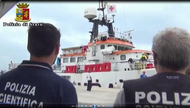 Migranti: 18 dispersi, fermato scafista