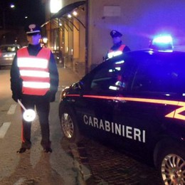 Non si ferma al controllo, scappa dai carabinieri ma finisce fuori strada