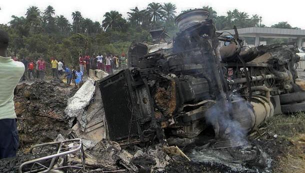 Mozambico, esplode un furgone carico di carburante: 73 morti