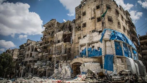 Siria, civili in fuga da Aleppo