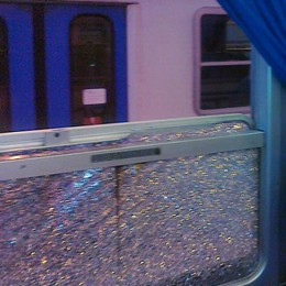 Finestrini del treno spaccati col martello