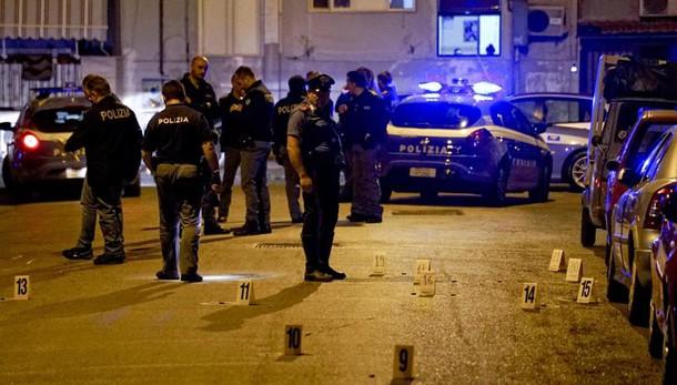 Esplosi 70 colpi a Napoli,ferito un uomo