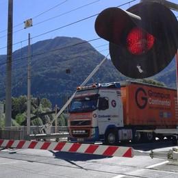 Camion tra le sbarre e treni in ritardo  La Valle è sempre più esasperata