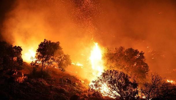 Nella zona sud le fiamme non sono domate: a fuoco la collina