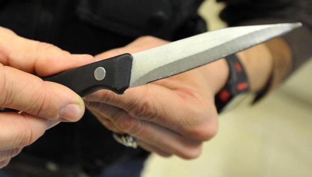 Lite con il compagno: donna impugna coltello e lo uccide