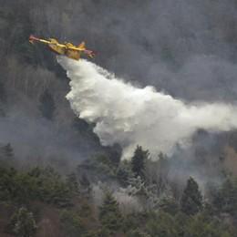 Difficile domarlo: l'incendio minaccia  il nucleo di Lagunc