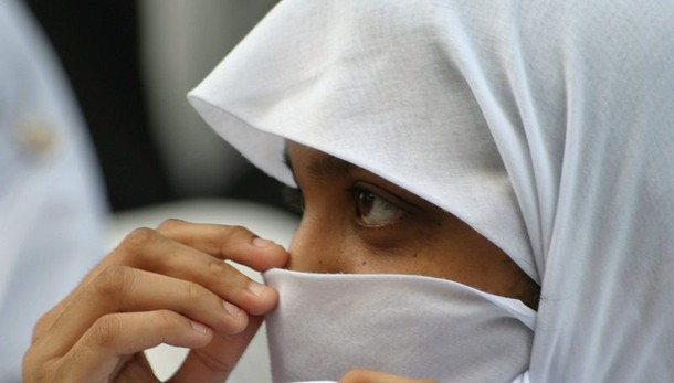 Bologna, 14enne rifiuta velo: madre la rasa a zero. Tolta a famiglia