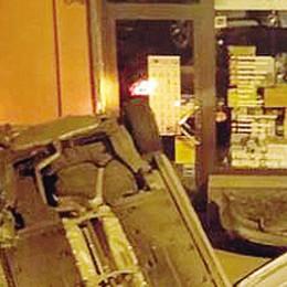 Auto  si ribalta  in via Trieste  Tre giovani feriti