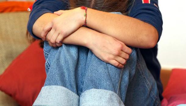 Frustata a sangue, 14enne tolta ai genitori