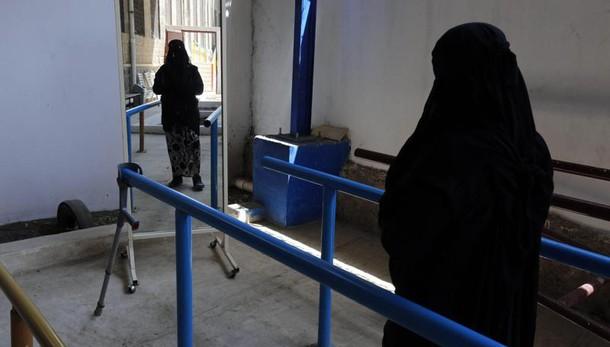 Napoli, picchia moglie perché non vuole indossare burqa: arrestato
