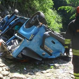 Vola col furgone nel torrente: muore un automobilista di 35 anni