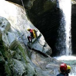 Cade in Val Bodengo: torrentista ferito