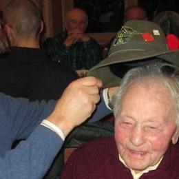 Il cappello d'alpino al reduce dalla Russia  Dopo settant'anni
