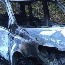 Auto dei cacciatori date alle fiamme