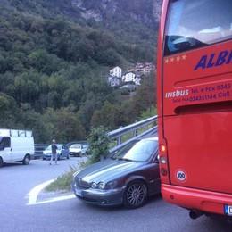 Bus e auto incastrati  Traffico in tilt sulla 36