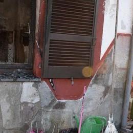 Incendio in un'abitazione, ingenti i danni