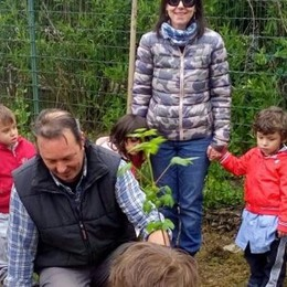 La giornata degli alberi coinvolge i bambini  E si pensa a un parco