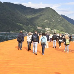 Folla sul lago d'Iseo  Aperta la passerella di Christo  Il video