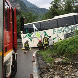 Bus incastrato in curva  Statale 36 paralizzata