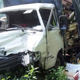 Camion finisce fuori strada a San Giacomo Filippo: paura e disagi