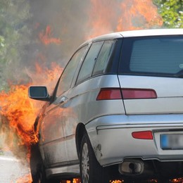 Sondrio, brucia auto in tangenziale