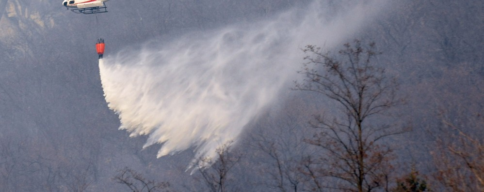 Valchiavenna, incendio domato  «Bonifica al via. Confidiamo nella neve»