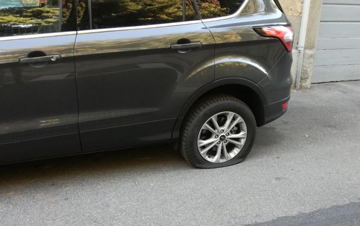 Vandali in azione a Tirano: bucate le ruote delle auto