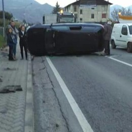 Auto ribaltata sulla statale 38 a Chiuro  Un uomo ferito e lunghe code