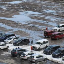 Pozzanghere e fango nel parcheggio  Disagi per gli sciatori