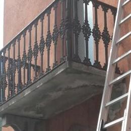 Camper urta un balcone, cade cemento sulla statale 37