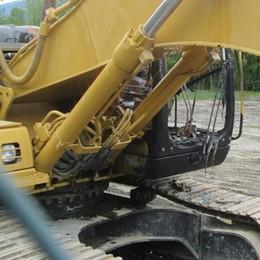 Brucia un escavatore a Lovero, il proprietario: «È stato un atto doloso»