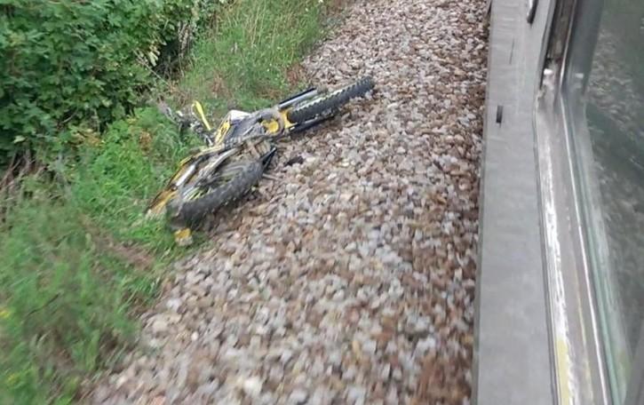 Ragazzino attraversa i binari con la moto, tragedia sfiorata a Villa: ecco la foto  Multa e 6 punti della patente per l'incidente