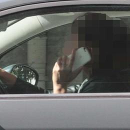 """Alla guida con il cellulare?  Non passa la """"linea dura"""""""