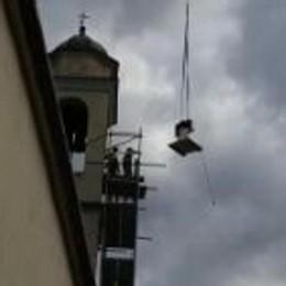 Come trent'anni fa l'elicottero in cielo  Non cala viveri, ma una nuova campana