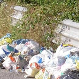 Rifiuti abbandonati sulla superstrada: prime multe