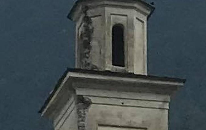 Fulmine sul campanile a Mazzo, i calcinacci sfondato tettuccio di una Panda
