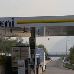 Senza benzina  per 73 chilometri  Ma per legge  dovrebbero essere 30