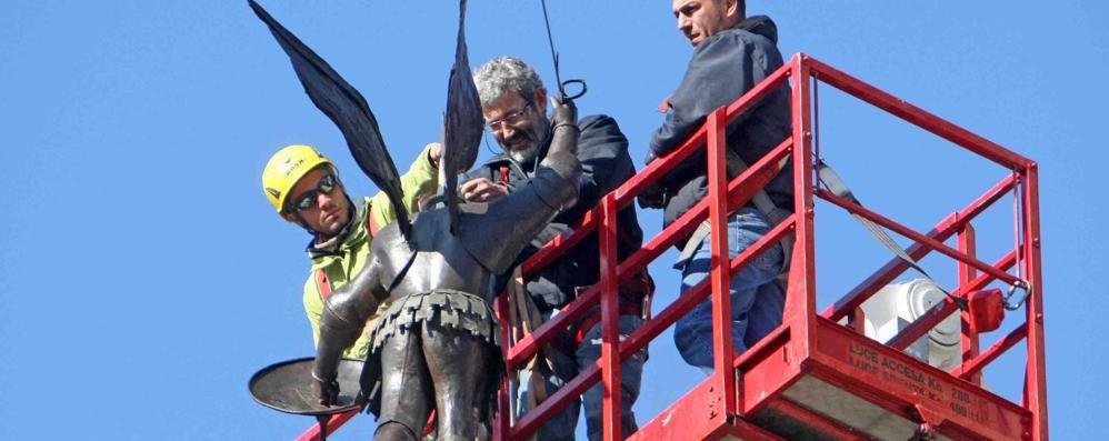 Tirano, dopo il restauro San Michele torna sulla cupola del Santuario