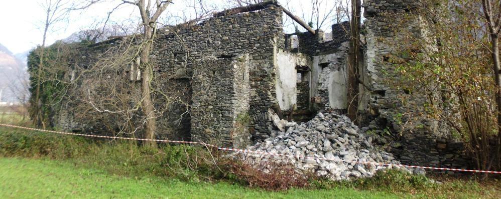 Crolla l'antica torre di Gordona  «L'unica fattoria fortificata in valle»