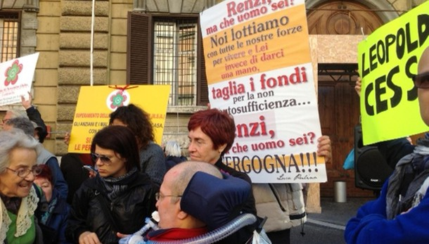Malati Sla in piazza,no docce ma fondi