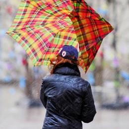 Pioggia senza tregua  E torna la neve in Lombardia