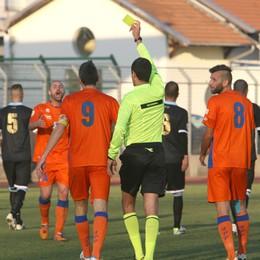 Calcio, arbitro accerchiato  partita sospesa a Delebio