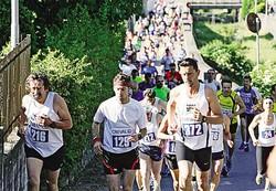 1Marco De Gasperi fa corsa a sé e realizza il nuovo record della Camminata del Grumello2 Il serpentone dei partecipanti alla riuscita manifestazione di Montagna