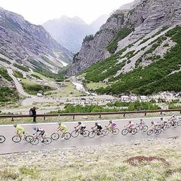 L'Alta Valle  con la maglia rosa  È il  giorno del Giro d'Italia