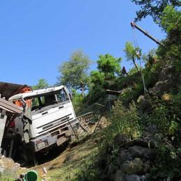 Tartano, camion esce di strada  Sfonda il tetto di una casa