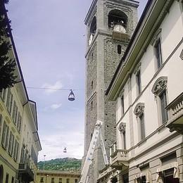 Lavori sul campanile  per sistemare l'orologio