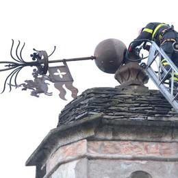 Croce divelta dal vento: allarme dei residenti. Vigili del fuoco all'opera